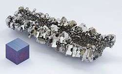 Niobium_crystals_and_1cm3_cube